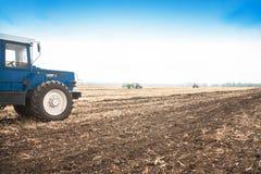 在一个空的领域的老蓝色拖拉机 农机,野外工作 库存照片