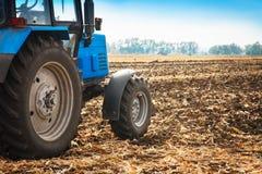 在一个空的领域的老蓝色拖拉机 农机,野外工作 库存图片