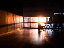 在一个窗口附近的工作站与从太阳的光早晨 免版税库存图片