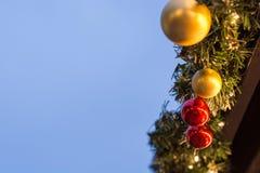 在一个立场的几个中看不中用的物品在与拷贝空间的圣诞节市场上 免版税库存图片