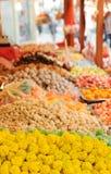 在一个立场的色的糖果在城市市场上 免版税库存照片
