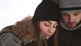 在一个童话冬天一份温暖的饮料温暖一对年轻夫妇 Chrismas心情 股票录像