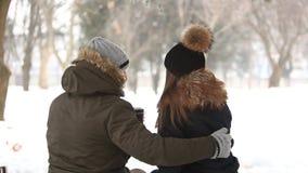 在一个童话冬天一份温暖的饮料温暖一对年轻夫妇 Chrismas心情 影视素材