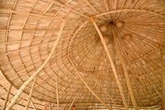 在一个竹木瓦屋顶里面 免版税库存图片