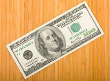 在一个竹董事会的货币 库存照片