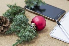 在一个笔记本的目标没完整的目录在与圣诞节装饰和膝上型计算机的一张木桌上 免版税库存照片