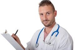 在一个笔记薄的年轻医生文字在白色 免版税库存图片