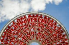 在一个筛子的新鲜的红色樱桃反对蓝天 免版税库存图片