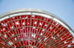 在一个筛子的新鲜的红色樱桃反对蓝天 库存照片