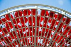 在一个筛子的新鲜的红色樱桃反对蓝天 免版税库存照片