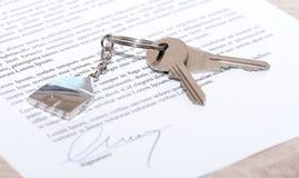 在一个签的合同的议院钥匙 库存图片