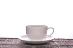 在一个简单的白色杯子的茶 库存照片