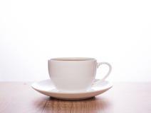 在一个简单的白色杯子的茶 库存图片