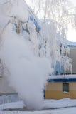 在一个管子的断裂期间有热水的,在街道上的冬天蒸 免版税库存照片