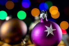 在一个箱子的圣诞节中看不中用的物品反对圣诞节lig背景  免版税图库摄影