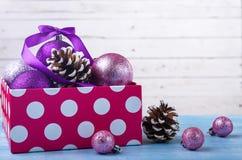 在一个箱子的圣诞节装饰有拷贝空间的 免版税图库摄影