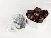 在一个箱子的巧克力以心脏的形式在白色背景的 库存图片