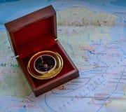 在一个箱子的指南针在地图 图库摄影