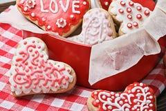 在一个箱子的曲奇饼以被烘烤的心脏的形式为情人节 库存图片