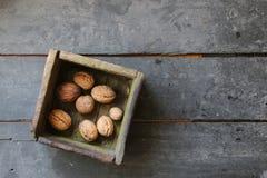 在一个箱子的核桃在农夫市场上 免版税库存图片