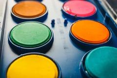 在一个箱子的水彩油漆有油漆刷的 免版税图库摄影