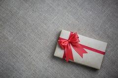 在一个箱子的礼物在粗麻布 免版税库存图片