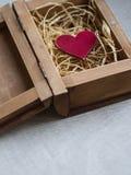 在一个箱子的红色心脏以一本开放书的形式 免版税库存图片