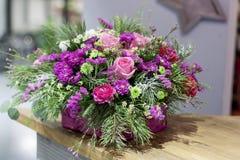 在一个箱子的美好的桃红色花的布置用不同的花 图库摄影