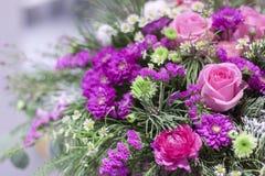 在一个箱子的美好的桃红色花的布置用不同的花 免版税图库摄影