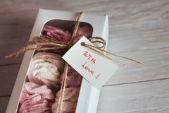 在一个箱子的蛋白软糖在白色木背景 可口Swe 图库摄影