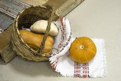 在一个篮子的南瓜与一块轻的毛巾 免版税库存图片