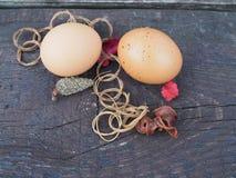 在一个篮子的复活节彩蛋与在桌上的装饰 免版税图库摄影
