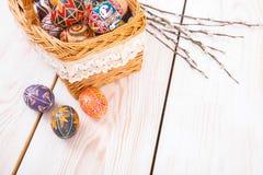 在一个篮子的复活节彩蛋在白色板条背景 免版税图库摄影