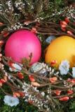 在一个篮子的复活节彩蛋与一个绿色青苔 免版税库存照片