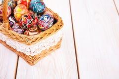 在一个篮子的复活节彩蛋在白色板条背景 免版税库存照片