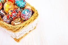 在一个篮子的复活节彩蛋在白色桌上 免版税图库摄影