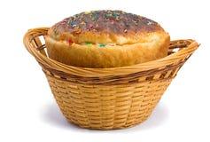 在一个篮子的复活节面包在白色背景 图库摄影