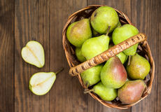 在一个篮子的成熟梨在木背景 顶视图 特写镜头 免版税图库摄影