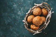 在一个篮子的整个五谷小圆面包早餐或汉堡的 免版税库存照片
