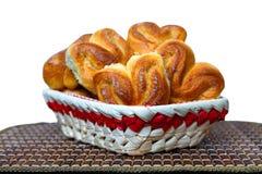 在一个篮子的新鲜的自创小圆面包在一个竹盘子 库存照片
