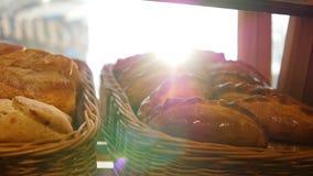 在一个篮子的新鲜的酥皮点心在陈列室,在商店 太阳光芒通过酥皮点心 股票录像
