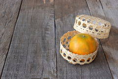 在一个篮子的桔子在老木板背景 愉快的春节概念 库存图片