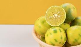 在一个篮子的橙色果子有橙色白色背景 免版税图库摄影