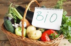 在一个篮子的生物菜与生物笔记 库存图片