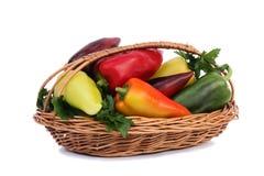 在一个篮子的红色,黄色和青椒在白色背景。 库存照片