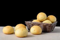 在一个篮子的自创小圆面包在黑背景 库存图片