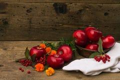 在一个篮子的苹果与在桌上的一块毛巾 免版税库存照片