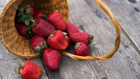 在一个篮子的草莓在桌上 库存图片