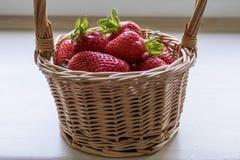 在一个篮子的草莓在白色背景 免版税库存图片