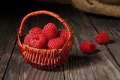 在一个篮子的莓在一张老桌上 图库摄影
